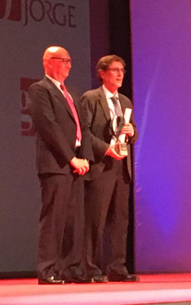 Mariano Chicot, director comercial de Mondo Ibérica, entregó el Premio al Mejor Equipo al Club de Atletismo Simply Scorpio 71.