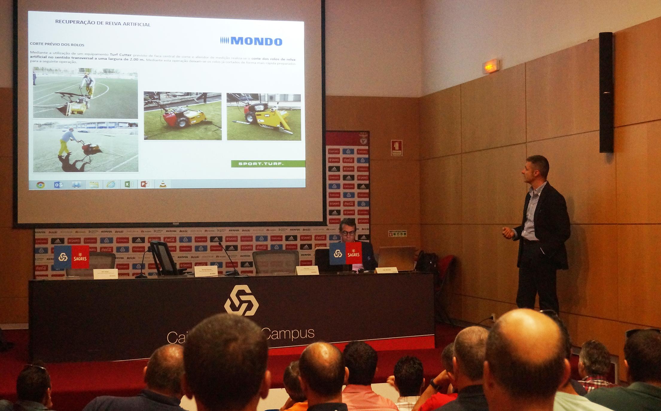 Jesús Catón, director del Área de Césped Artificial de Mondo Ibérica, explica el sistema de retirada en el Caixa Futebol Campus del Sport Lisboa e Benfica.