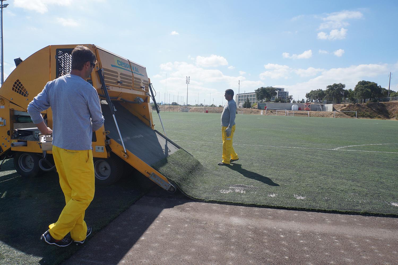 Retirada de césped en un campo del Caixa Futebol Campus.