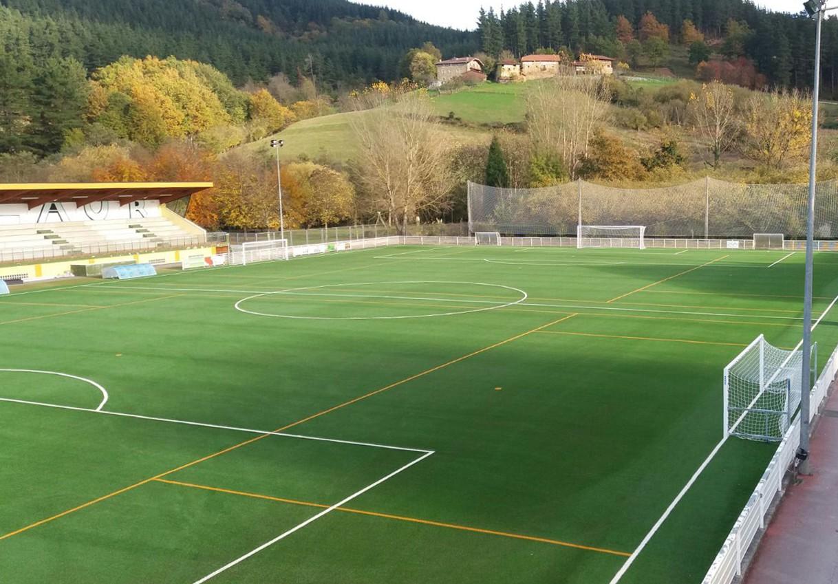 Cesped artificial para campos de futbol somo en la for Alfombra cesped artificial