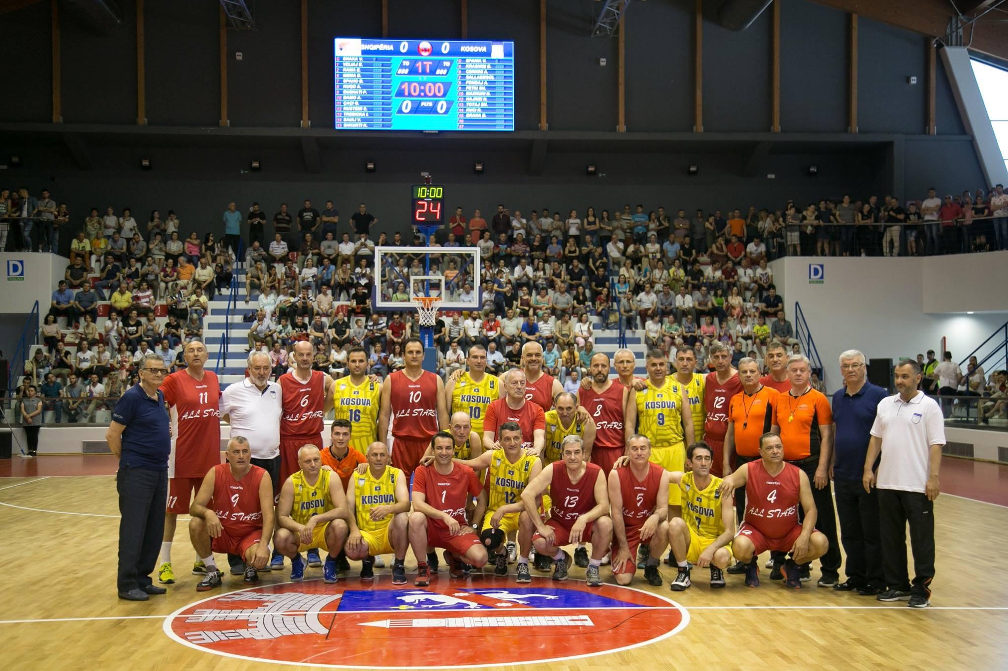 El equipo de Albania jugó el partido inaugural con camiseta roja. En primera fila, con el número 1, el alcalde de Tirana, Erion Veliaj. De pie, tras él y con el número 2, el primer ministro de Albania, Edi Rama.