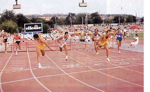Campeonato de España Absoluto de Atletismo 1987, disputado en el Estadi Municipal Joan Serrahima de Barcelona: Javier Moracho (derecha) imponiéndose en la linea de meta a Carlos Sala (izquierda) y batiendo el récord de España con 13.42. Su récord se mantuvo durante casi 19 años. Foto: RFEA