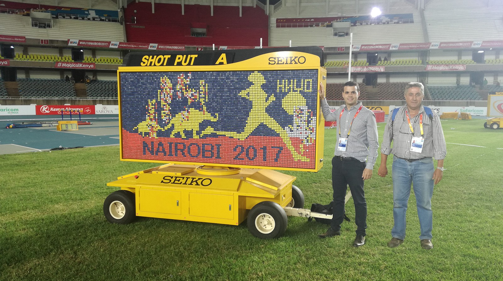 Cristian Burrial, Export Area Manager de Mondo Ibérica para África (izquierda), y Ernesto Romano, responsable de instalaciones deportivas y project manager de la compañía para los Campeonatos Mundiales de Atletismo U18 de la IAAF, en el Estadio de Nairobi.