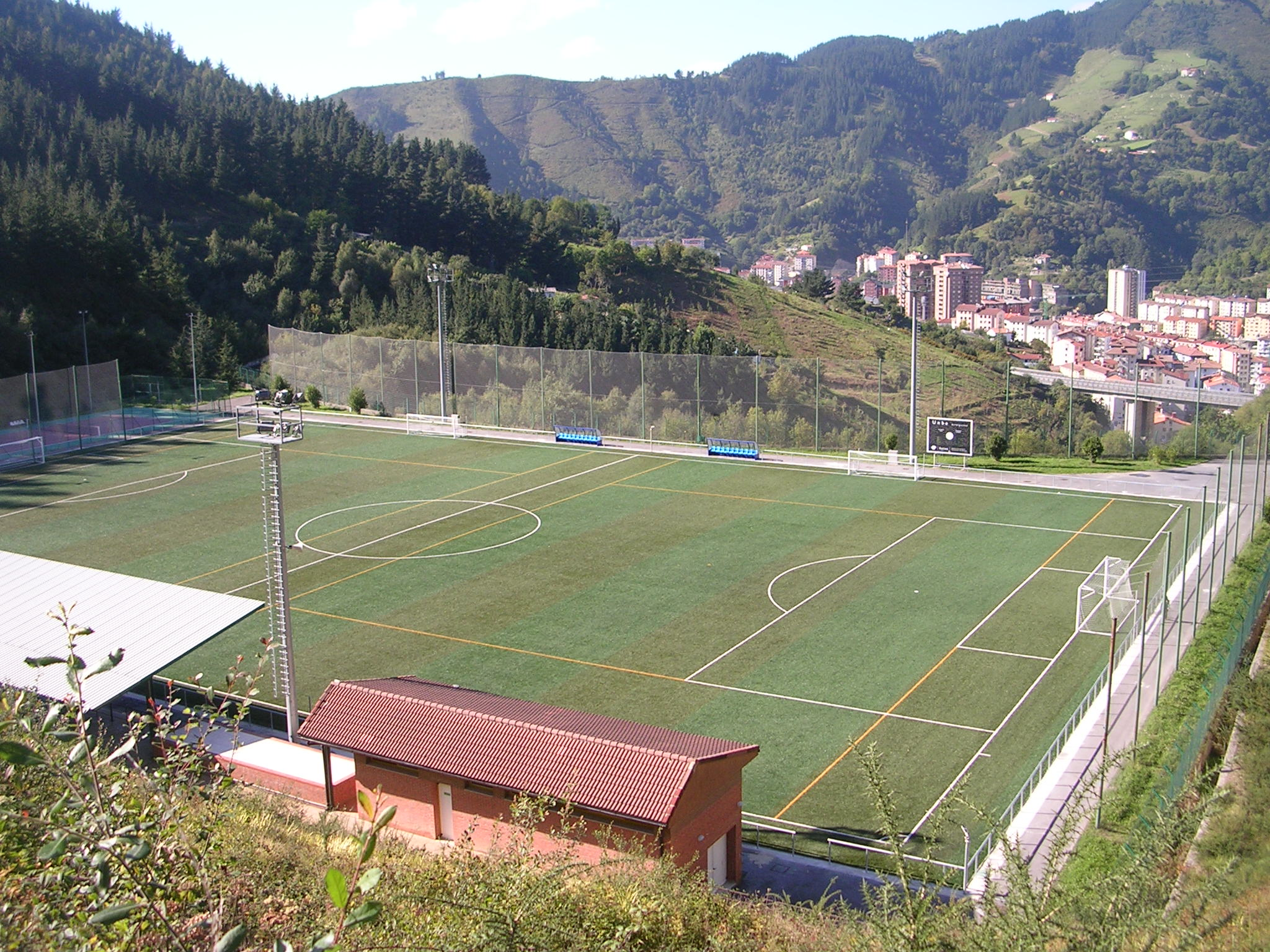 Fotografía actual de uno de los dos campos de fútbol de Unbe (Eibar).