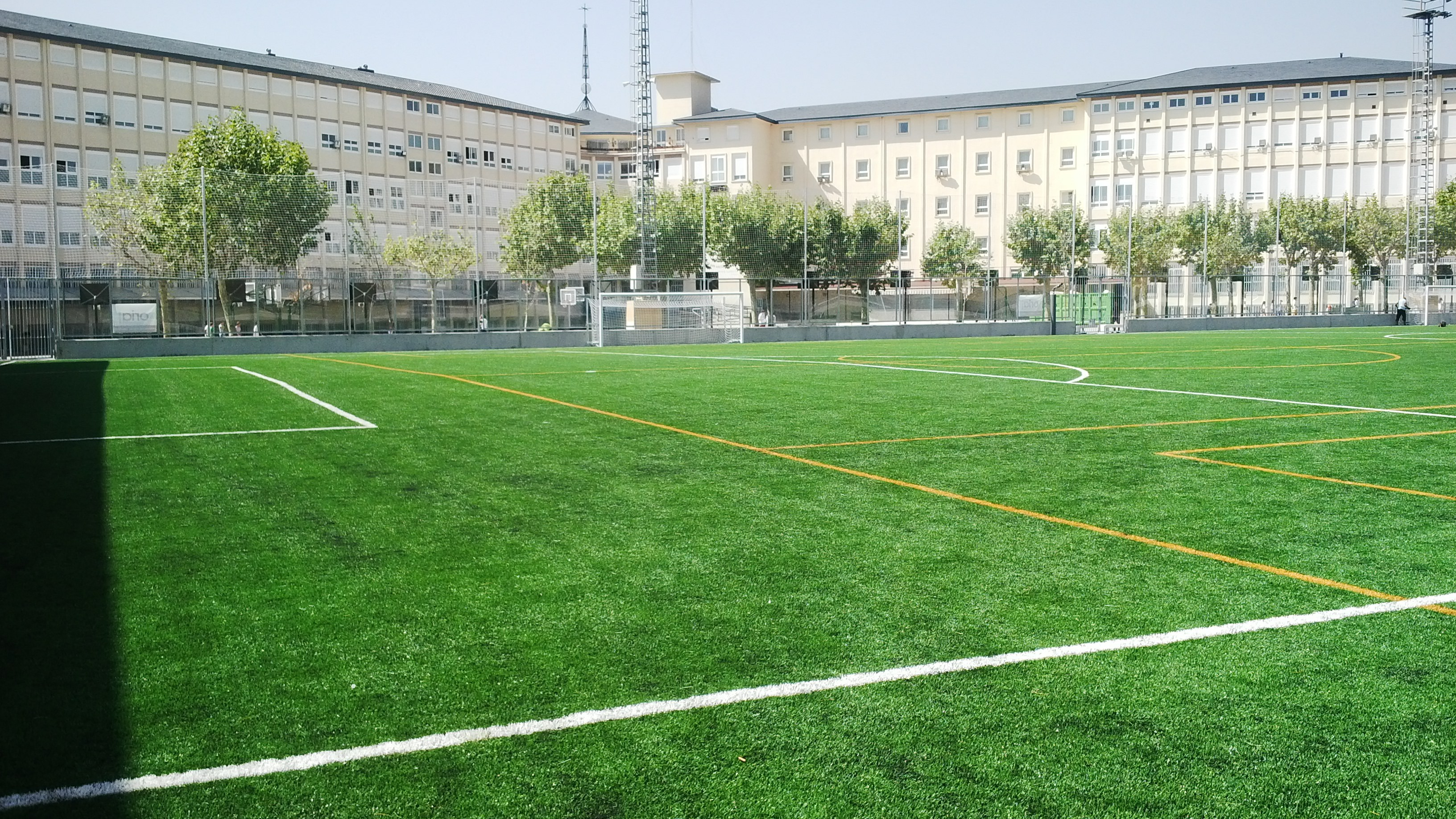 En el campo de fútbol del colegio San Agustín, equipado con césped Mondo, se instalará una pantalla led. El pabellón renovará además su pavimento por Mondoflex II con Everlay y un marcador Aries.