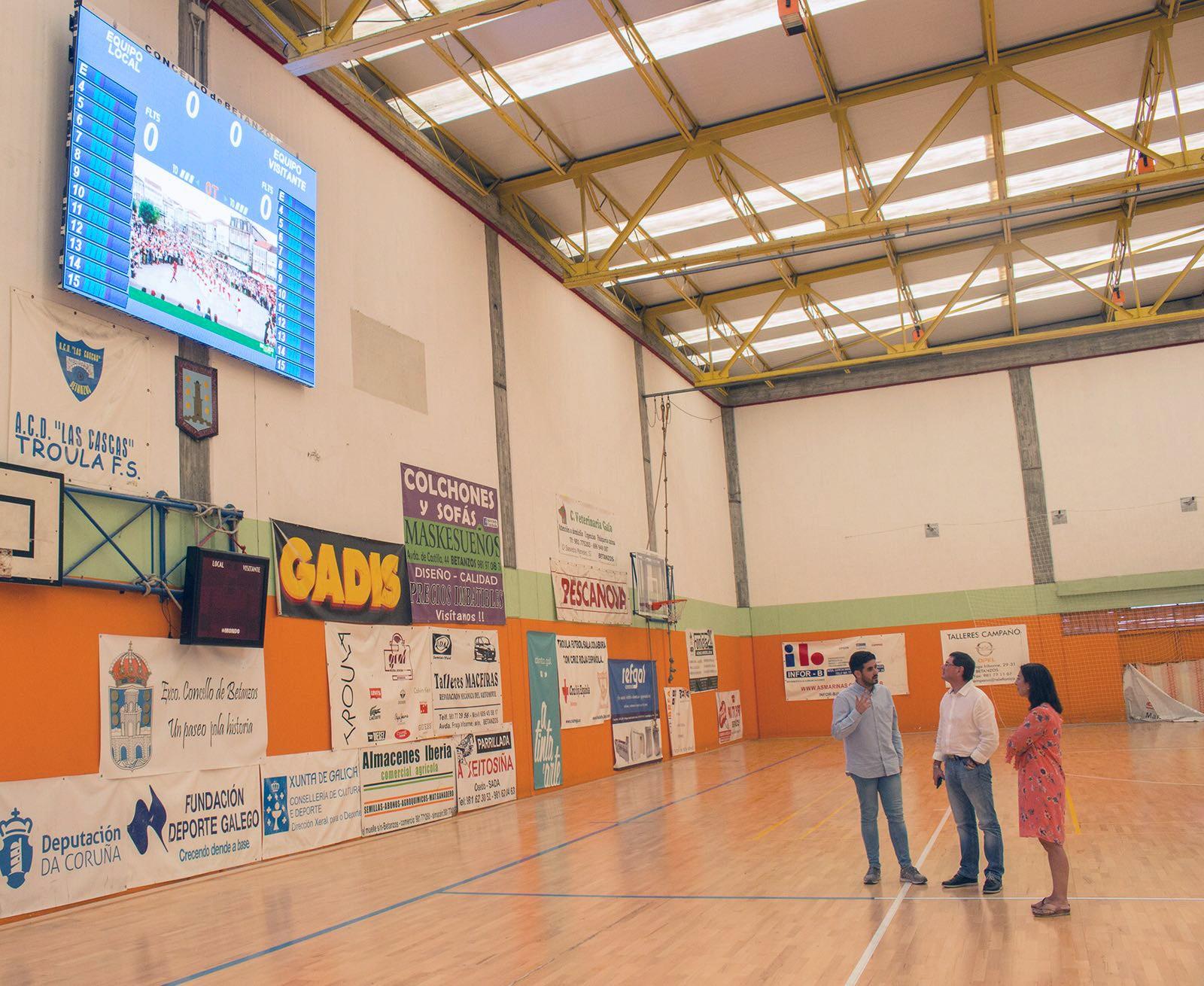 La alcaldesa y varios concejales de Betanzos conocieron en persona todo el potencial de la nueva pantalla led del pabellón O Carregal.