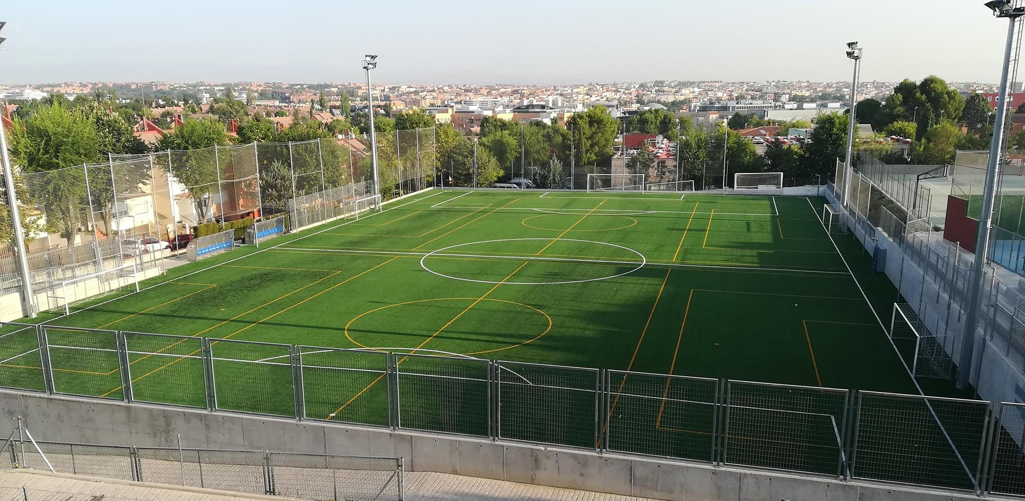 En el Colegio Aldovea (Alcobendas, Madrid), Mondo retiró el anterior césped del campo de fútbol 11 con el sistema de renovación sostenible y lo sustituyó por un sistema de césped artificial Mondoturf.