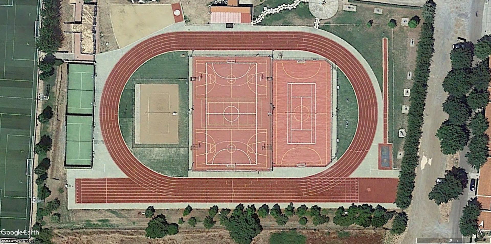 Vista aérea de la pista de atletismo de Aracena, con su actual pavimento.