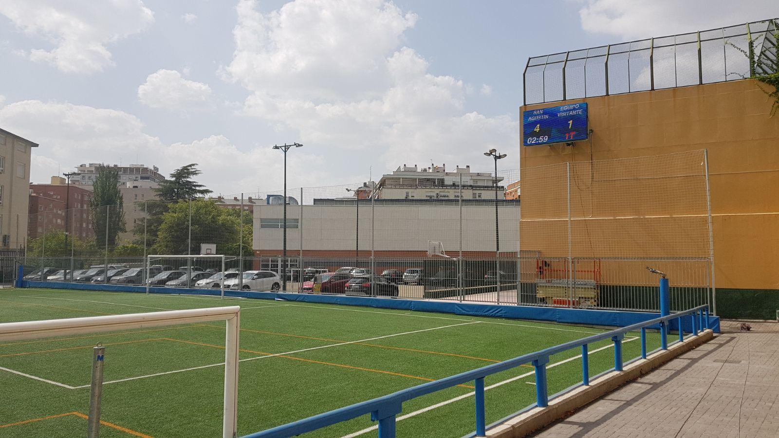 Pantalla led de Mondo en el campo de fútbol del colegio San Agustín de Madrid.