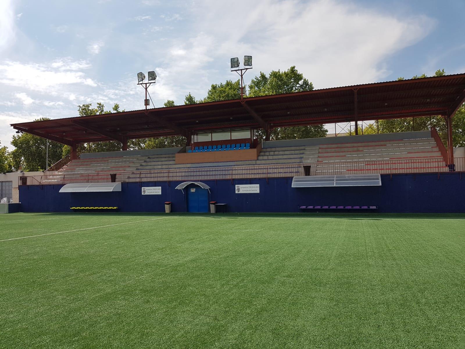Nuevos asientos Mondoseat en el campo de Las Veredillas (Torrejón de Ardoz), que también cuenta con césped Mondo.