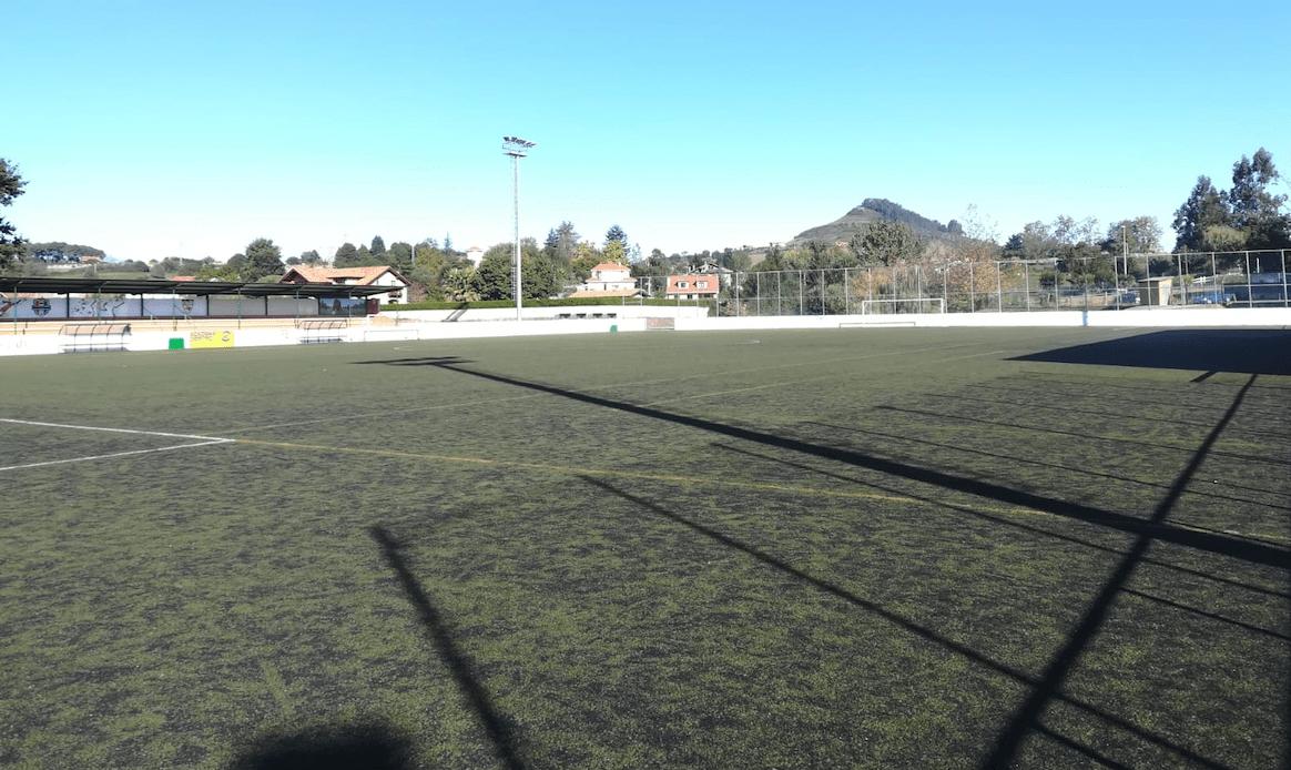 El campo de fútbol 'Pepín Cadelo' de Puente San Miguel, con el anterior césped. En las próximas semanas estrenará césped Mondo.