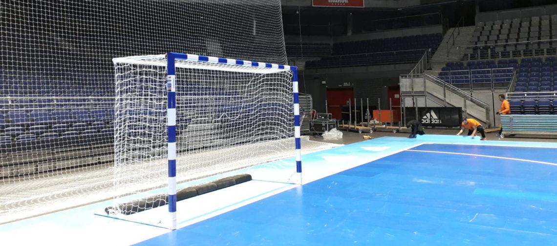 Instalación de las porterías Mondo-Tutigool en el WiZink Center de Madrid, antes del partido entre las selecciones de fútbol sala de España y Brasil.