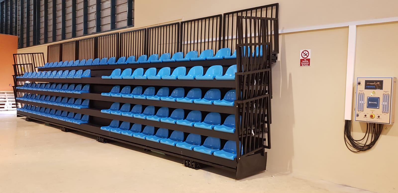 Graderío telescópico motorizado de Mondo para el Centre National de Boxe de Mauricio.