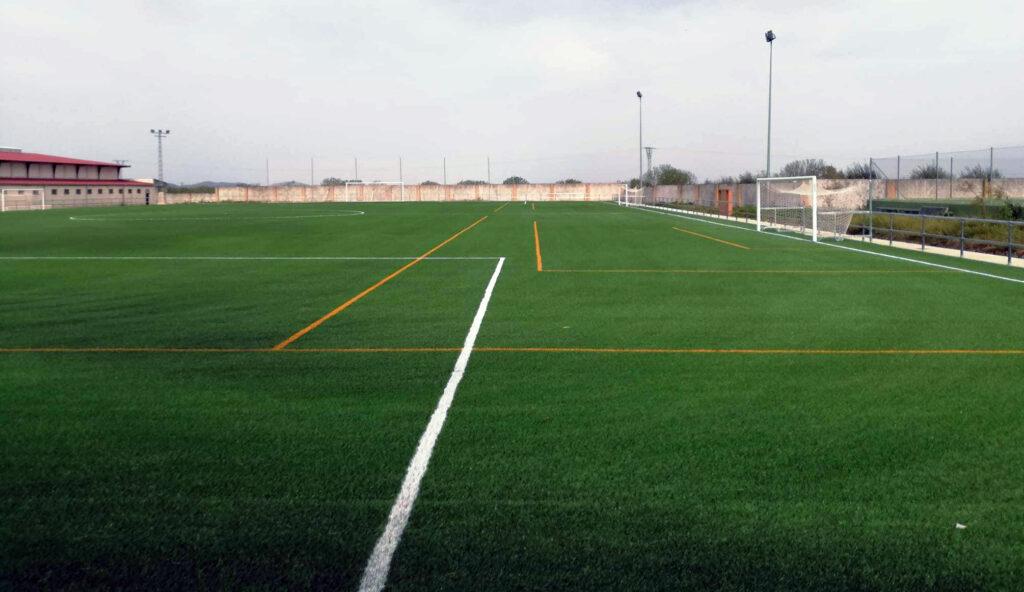 Campo de fútbol municipal 'José Luis Moretón Moreno' de Alcuéscar, equipado con césped DUAL XN de Mondo.