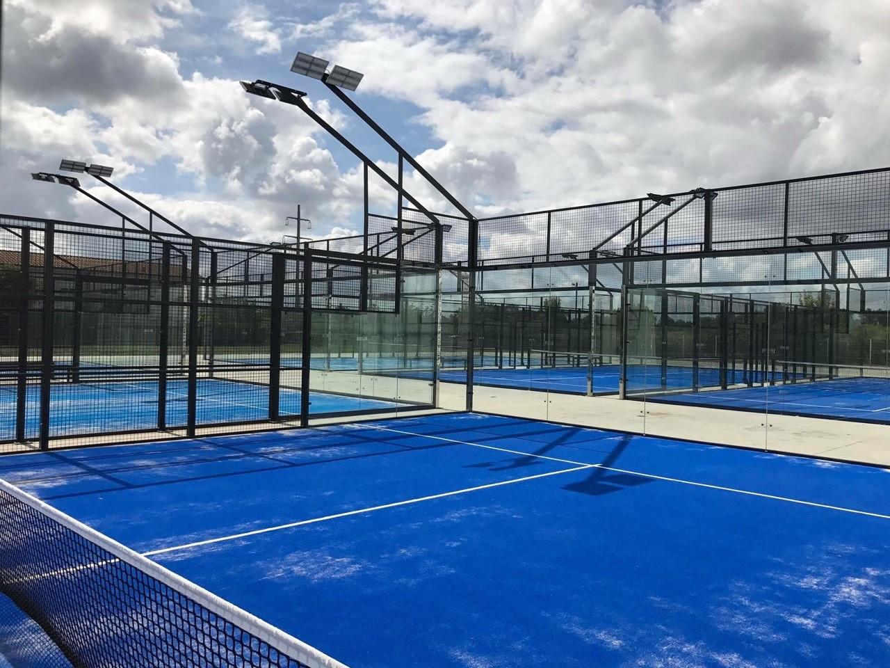 Mantenimiento de pistas de pádel de césped artificial: cómo cuidar su rendimiento deportivo y alargar su vida útil