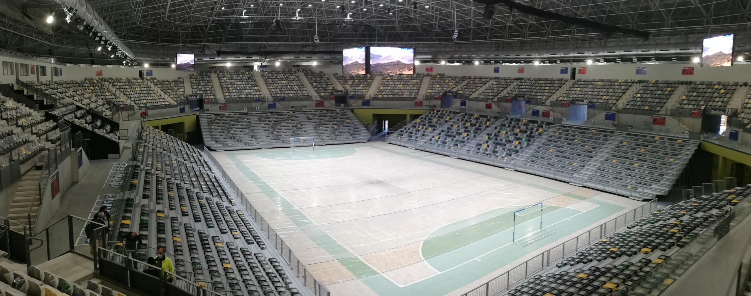 El Olivo Arena de Jaén, equipado con gradas telescópicas, Mondo Smart Systems, cubo led, pantallas led, cortinas divisorias y equipamiento deportivo de Mondo