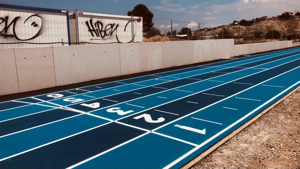 Módulo de atletismo de Cuarte de Huerva, equipado con pavimento Sportflex Super X 720, cuenta con un anillo de cuatro calles, una recta de seis calles acabada en pendiente, pasillo para saltos y zonas para lanzamiento de peso y salto de altura.