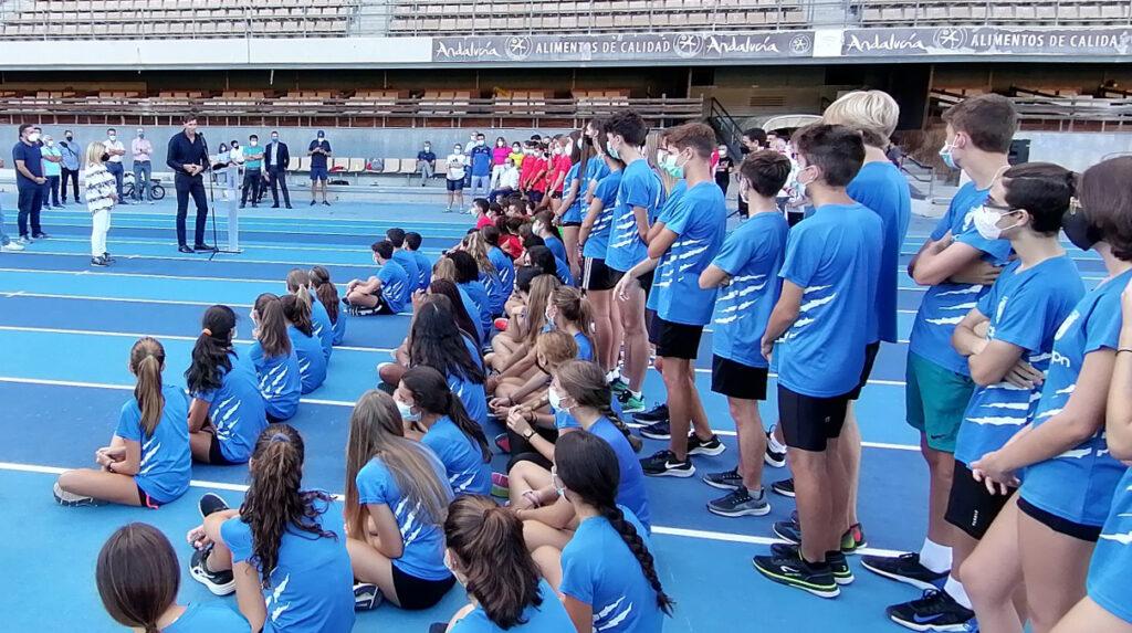 El presidente de la RFEA, Raúl Chapado, y la alcaldesa de Jerez, Mamen Sánchez, en la inauguración de las renovadas pistas de atletismo de Chapín